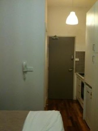 Melbourne Studio Apartments Latrobe: Kitchenette and bathroom
