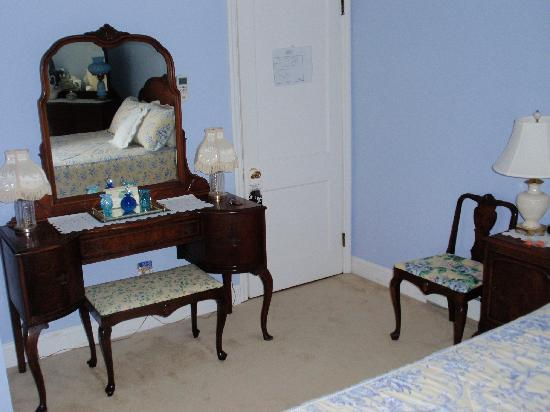 J.D. Thompson Inn Bed and Breakfast: Mahogany furniture in our bedroom
