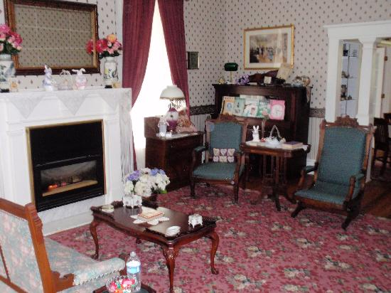 J.D. Thompson Inn Bed and Breakfast: Living room with fireplace, nicely appointed