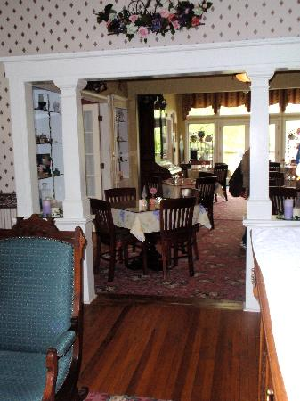 J.D. Thompson Inn Bed and Breakfast: View of dining room from living room