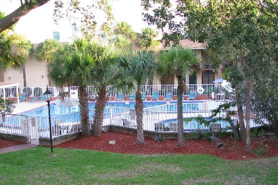Days Inn Orlando Universal Maingate : The pool from our room/veranda