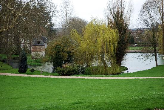 La Vespiere, Франция: View over the pond