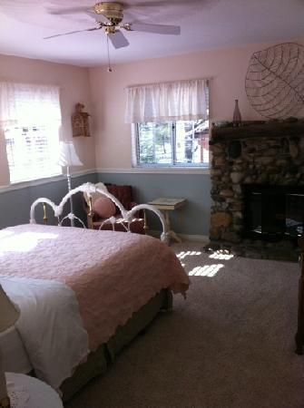 Kern River Inn Bed and Breakfast: another lovely room