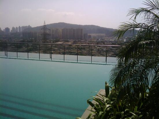 Holiday Inn Mumbai International Airport: Infinity pool