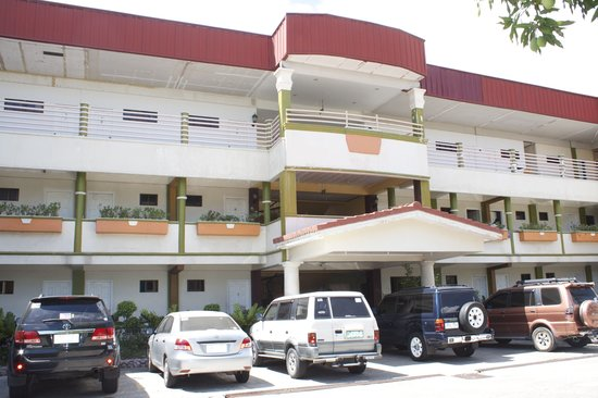 Dagupan, Philippines: Center pic of hotel, with parking and lobby