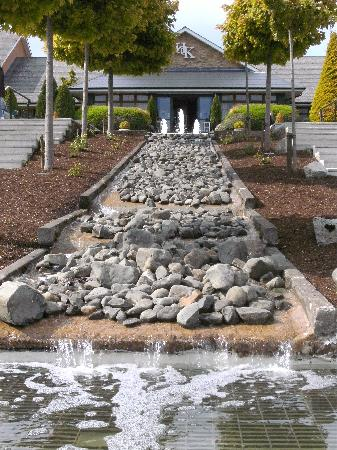 Hotel Kilmore: Garden Waterfall.