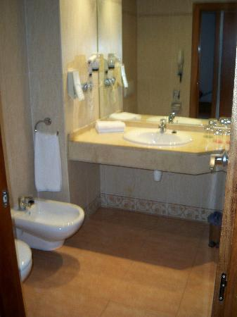 Med Playa Piramide Salou : bathroom was always clean!