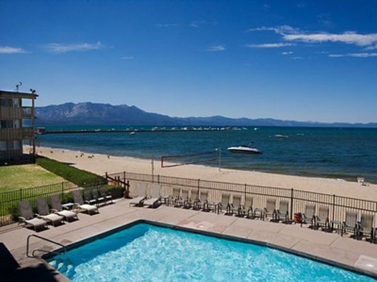 Tahoe Lakeshore Lodge and Spa: View of pool and Lake from the Lodge