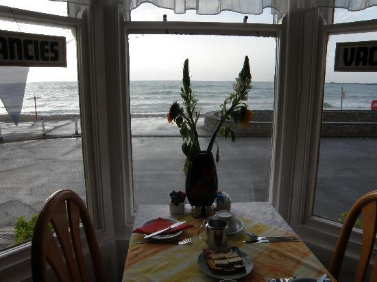 Windsor Hotel: Breakfast Room faces the Beach