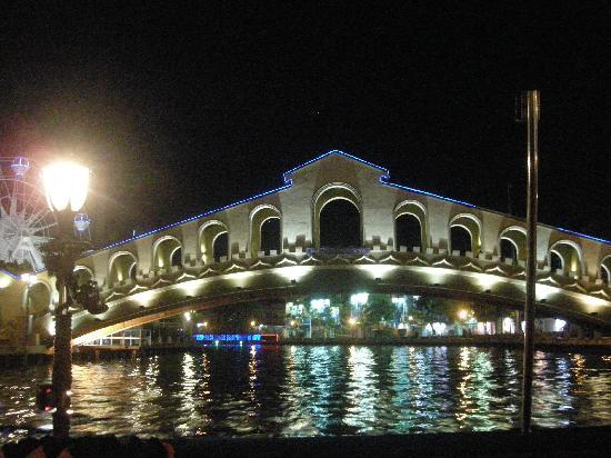 Roof Top Guest House Melaka: Cruise along the river