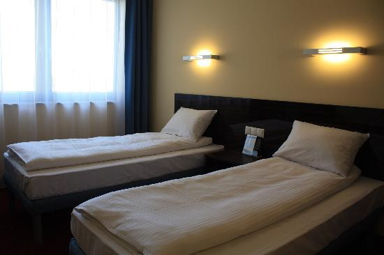 http://media-cdn.tripadvisor.com/media/photo-s/01/dd/42/8c/twin-room-hotel-focus.jpg
