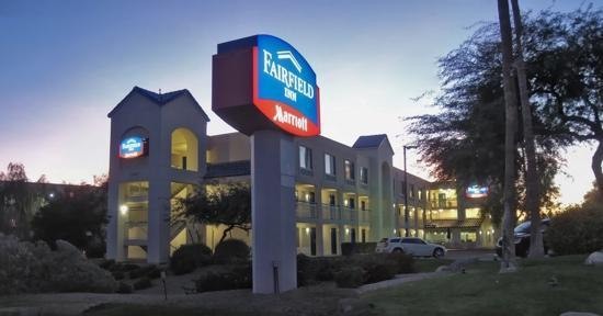 Fairfield Inn Scottsdale North: A welcome site when arriving at sunset!