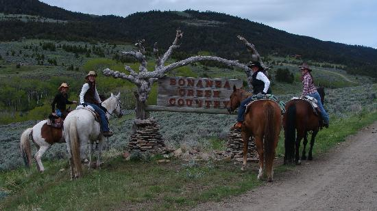 ‪‪Bonanza Creek Guest Ranch‬: Our group at the ranch entry sign‬