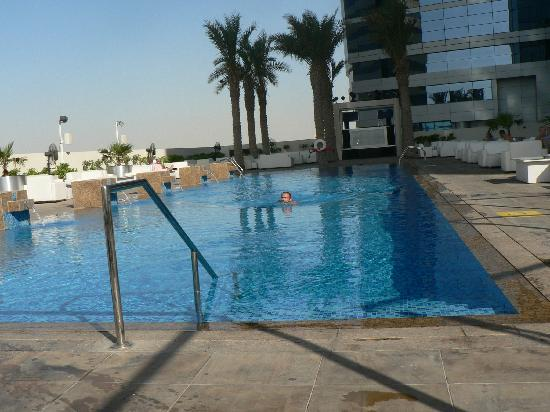 Media One Hotel Dubai: piscine