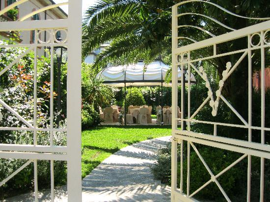 Hotel Viscardo: Street gate into the private garden