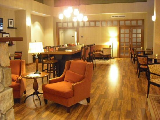 Hampton Inn &amp; Suites Warren: Breakfast area