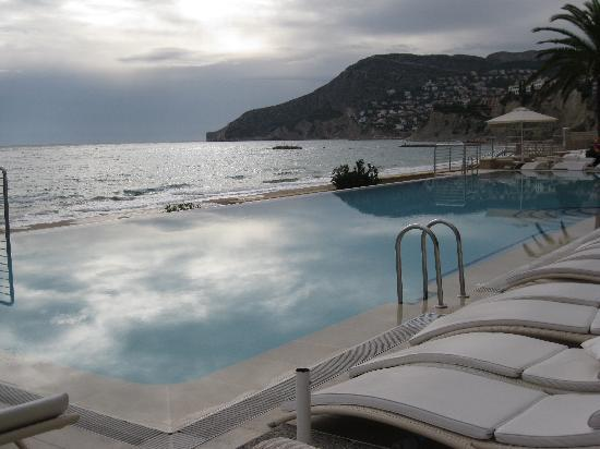 Piscina del hotel picture of gran hotel sol y mar calpe for Piscinas calpe