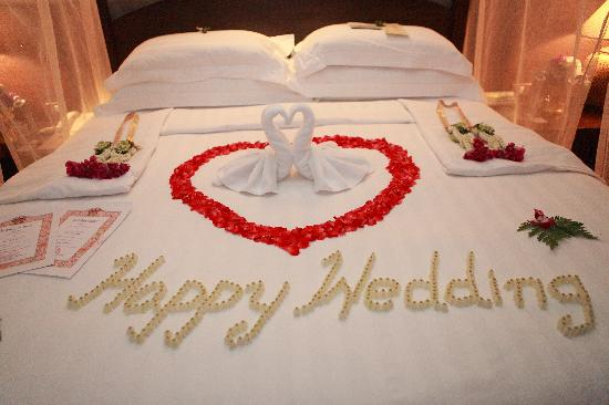 Bed decoration on wedding night picture of bo phut for Bed decoration image for wedding night