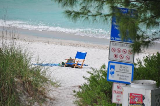 "Bradenton Beach, FL: ""private beach"" across street"