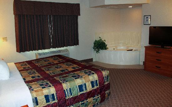 AmericInn Lodge &amp; Suites Harrington: Guest Room