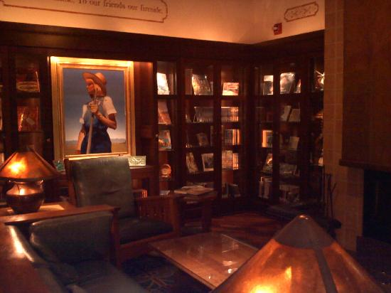 Hotel Pattee: Library on main floor
