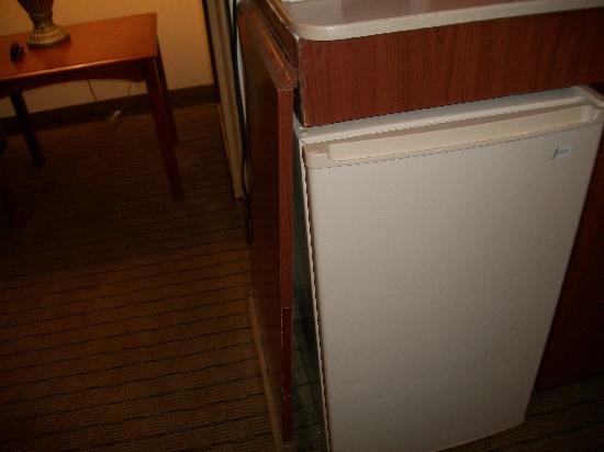 Holiday Inn Express Hotel & Suites: Side panel broken