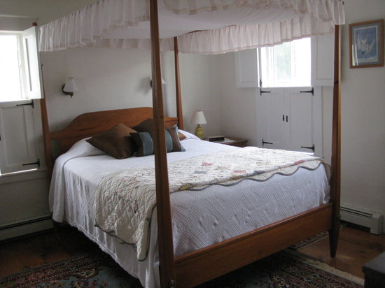 The Inn at Strawbery Banke: Comfy bed #4