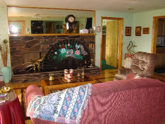 Alaska House of Jade Bed and Breakfast: Common living area downstairs