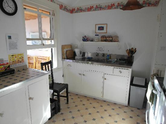 Chez la Mer Backpackers: pretty nice common kitchen