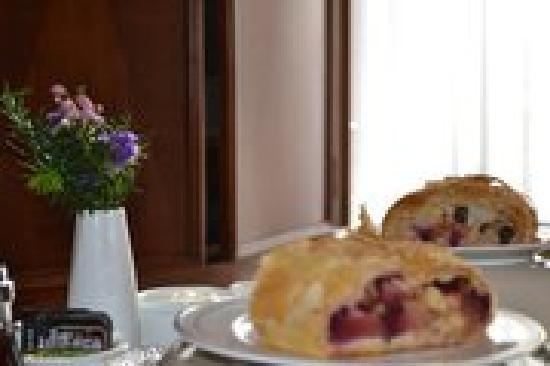 Oscar H. Hanson House Bed & Breakfast: Homemade fruit strudel - they know how to cook!!