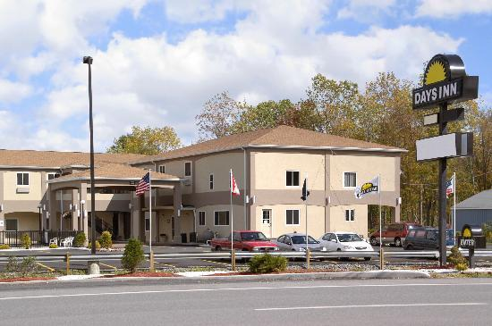 Days Inn & Suites - Niagara Falls / Buffalo : Outside