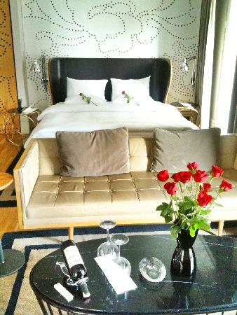 Witt Istanbul Suites: Picture of room - living area / bed