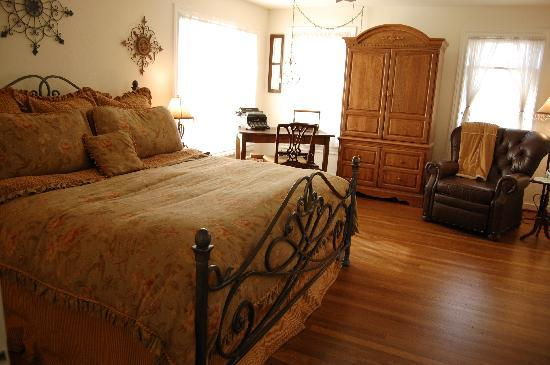 202 and Cottage: Main House - Vera Mae (King bed)