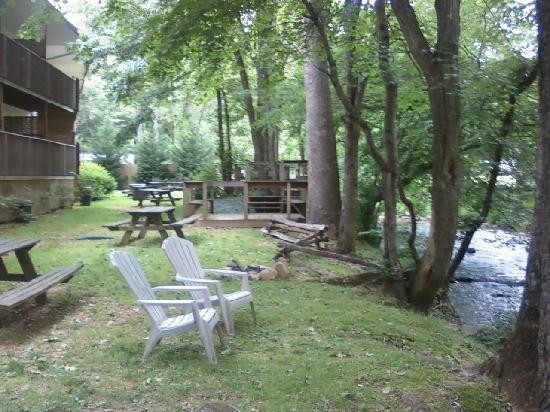 Maggie Valley Creekside Lodge: relax by the creek at the creekside lodge