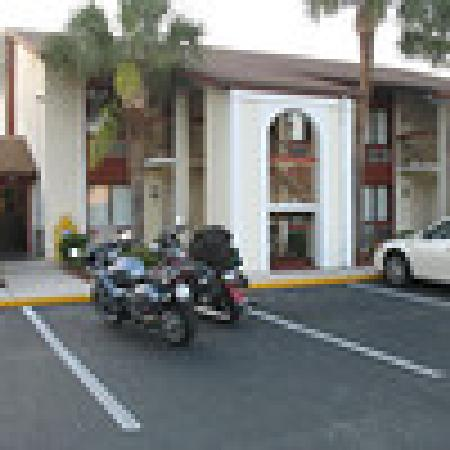 Central Motel: in front of our rooms