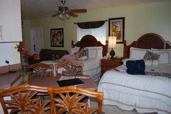 Tropical Shores Beach Resort: Double queen beds, the sofa pulls out too.