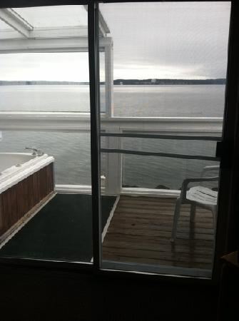 deck with jacuzzi picture of tides inn port townsend. Black Bedroom Furniture Sets. Home Design Ideas