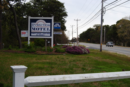 Even'tide Motel and Cottages: hotel entrance