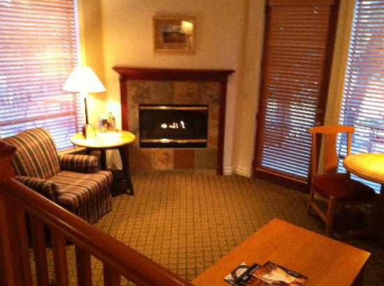 Pine Ridge Inn: The sitting room with fireplace.