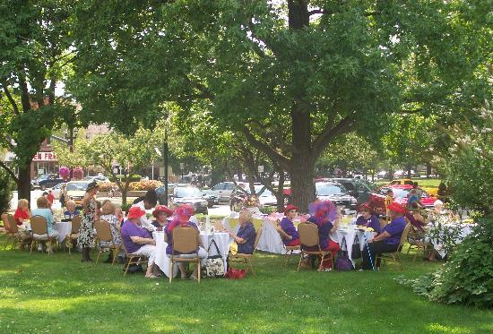 Oberlin Inn: Guests enjoying tea in the garden during summer months