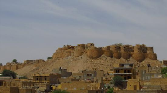 Mystic Jaisalmer Hotel: Jaisalmer Fort , from the roof top of the hotel
