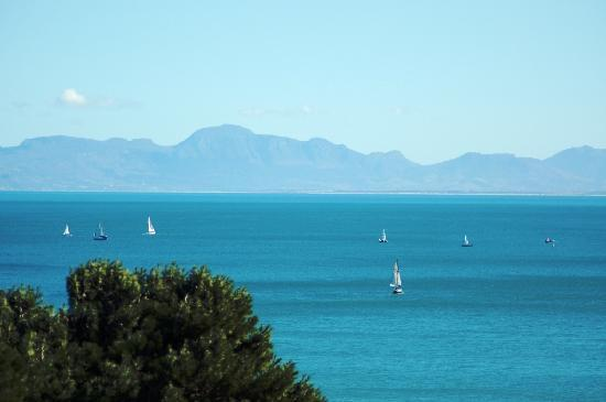 Gordon's Bay, Sydafrika: Yachts leaving harbour