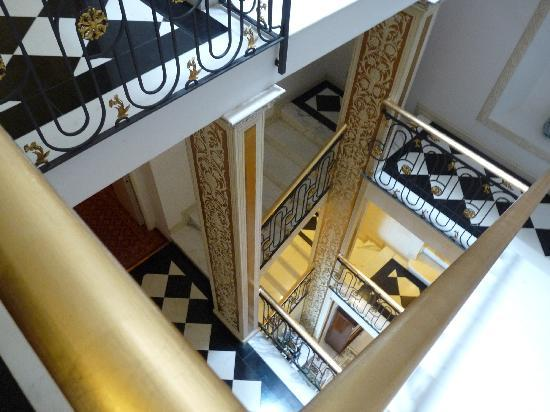 cage d 39 escalier photo de hotel villa e palazzo aminta stresa tripadvisor. Black Bedroom Furniture Sets. Home Design Ideas