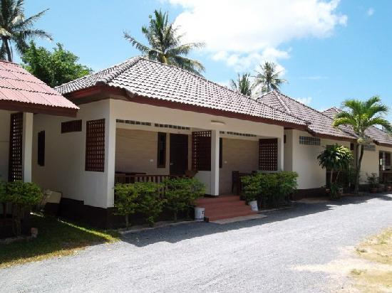 Maenam Village Bungalow: A larger bungalow style room