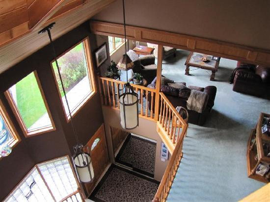 Cascade Court Bed & Breakfast: Looking down from the top floor