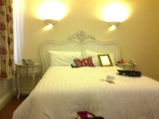 Rose &amp; Crown Hotel: The lovely bed, bit fuzzy but you get the idea
