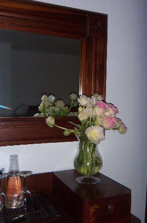 Orient Inn: Fresh flowers in every room