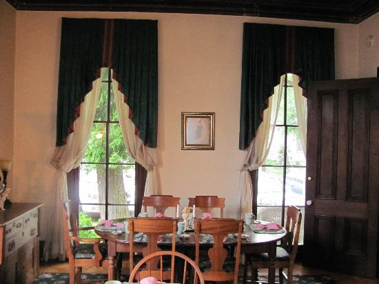 Inn at the Canal: Dining Room at Inn 2