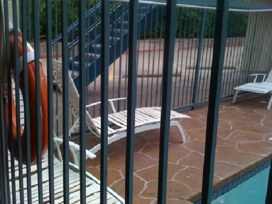 Days Inn & Suites Round Rock: Dirty & holes in pool chairs!
