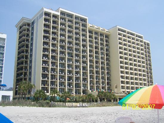 Compass Cove Oceanfront Resort : hotel from the beach 